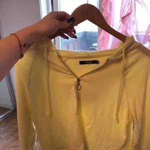 Jag säljer en ljus gul tröja från bikbok. Det finns två små fläckar som man kan se på bilden. Det finns även luvan. Den är även lite tunnare, så man kan inte kalla de för tjocktröja.