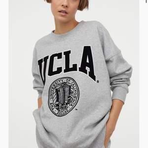 Jag säljer denna as snygga sweatshirt, den är i storlek S och är i ny skick då den är oanvänd, 100 + frakt! Buda i kommentarerna💕