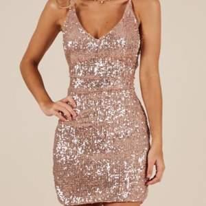 Rosé klänning med paletter/glitter. Kort modell, endast testad 🌸