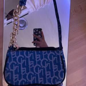 En handväska från Shein. Som har används en gång. Den är i princip i nyskick. För frågor eller fler bilder kom privat.