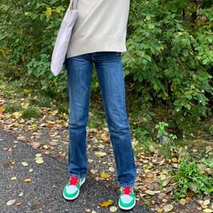 Måste tyvärr sälja mina favoriter då dom blivit allt för tajta i midjan. Dom är så snygga och långa, jag är 175 cm och dom når över skorna. Dom är mindre i stoleken!!