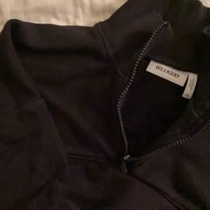 Superfin sweatshirt med liten dragkedja från weekday! Passar till precis ALLT! Superfint skick och endast använd några få gånger💞 säljer för att den inte kommer till användning