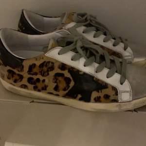 Intressse kåll på dessa snygga golden goose skor. Helt oanvända och allt medföljer kartong osv. Kontakta vid fler bilder eller info. Säljer endast vid bra pris så inga skambud. Nypris 4000 tpy. 🌸