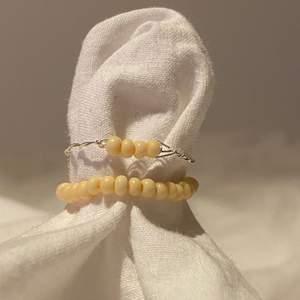 Säljer dessa super fina handgjorda ringar!  2st ring set för 15 kr och 4 ring set för 25 kr! 💕 super fina och matchar till såå mycket 💞 storlekarna är xs/s och m/l! 🥰 frakten kostar 12 kr 📦  PS! Finns fler ringar uppe i andra färger!