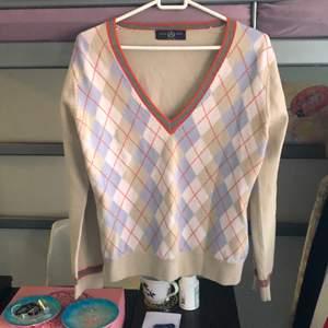 Jätte mysig rutig tröja från Sand! Typiskt preppy och jätte fin med en skjorta under. Står ingen storlek men känns som en S! Vid flera intresserade blir det budgivning. Har även massa nytt på min sida!