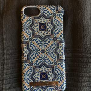 iPhone skal med coolt mönster från Ideal of Sweden. Passar för iPhone 6/6s/7/8/SE  Skalet är lite slitet på märket (se bild 2) därav priset