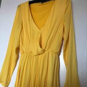 Gul klänning från Nelly trend som endast är använd vid ett tillfälle. Slits nedtill och väldigt fin färg!