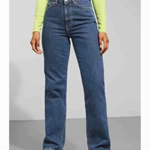 Snygga weekday jeans i modellen row säljes! BUDA! Om någon budar högre än dig under 24 h går budgivningen vidare😊 Jag står inte för frakten!