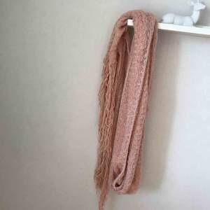 Emelie scarf från Gina tricot. Jättemjuk. Med fransar och skimmertrådar. Frakt betalas av köpare. Ej använd.