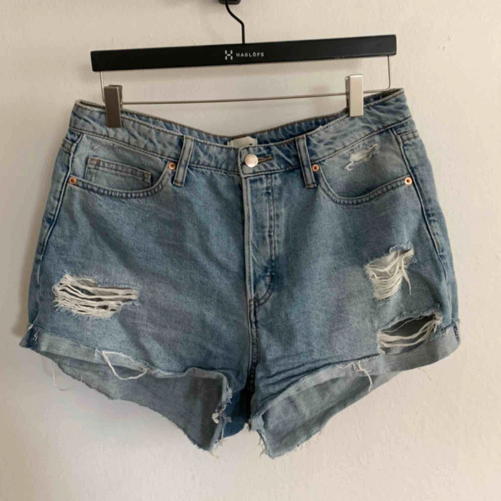 Blåa jeansshorts från HM i storlek 42! #jeansshorts #shorts #denim. Shorts.