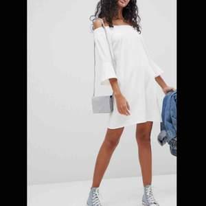 Säljer denna ursnygga klänning från asos. Den är slutsåld på deras hemsida. Nypris: 500kr Mitt pris: 300kr inkl. Frakt  Endast använd en gång så den är som ny. Säljer pga att den tyvärr bara hänger i garderoben och inte kommer till användning.
