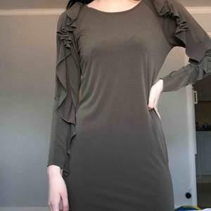 Jättefin grön klänning i storlek S. Materialet är mjukt och skönt. Jättebra kvalité och fint skick. Köparen står för frakten🦋