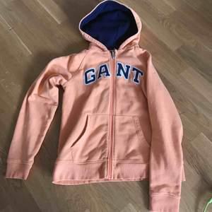 Fin hoodie från gant . Mörkblå detaljer . Tjock och gosig. Märkt 15 år men passar small/medium. Frakt tillkommer .