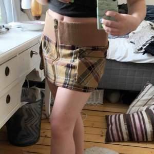 Cool lite tjockare kjol från h&m, lite kortare modell och riktigt skön💕 Det finns två fickor framtill och även en dragkedja som går hela vägen uppifrån och ner