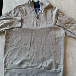 Det är en tomy hilfiger pullover sweater. Den är i storlek xxl men är mindre på. Den är nästan oanvänd, inga hål eller märken. Skick:10/10