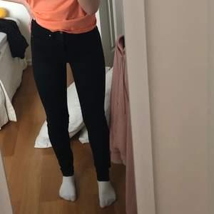 Tajta Svarta högmidjade jeans ifrån karve, som är Carlings egna märke 🦋 i storlek S, sitter tajt överallt men är långa på mig som är 158, men går alltid vilka! 🦋 300 inklusive frakt 🦋
