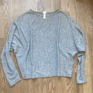 En grå stickad tröja från HM