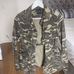Första: militärjacka storlek 34 från new look säljs för 200 andra jackan: ralp lauren jacka storlek S säljs för 350, jacka tre: jeansjacka från only storlek 36 100 kronor