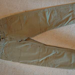 Cargo pant low waist Strl S. Väldigt mjuka byxor i grön/brun matt färg. Från serien unique