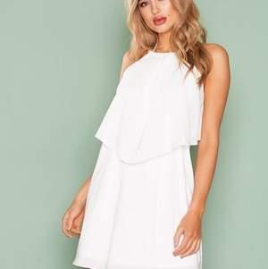 Vit klänning från NLY One, använd en gång så som ny! Bild 3 visar den öppna ryggen, den är vit egentligen. Köparen står för frakten.