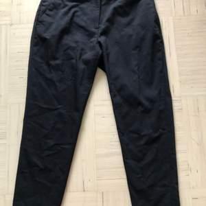 Helt vanliga svarta kostymbyxor. Från HM. Använd ett par gånger men fortfarnade fin kvalitet. Storlek 36 så S.
