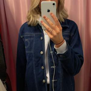 Perfekt jeansjacka för vår och sommar! Passar perfekt till en hoodie eller stickad tröja såväl en topp. Köpare står för frakt.