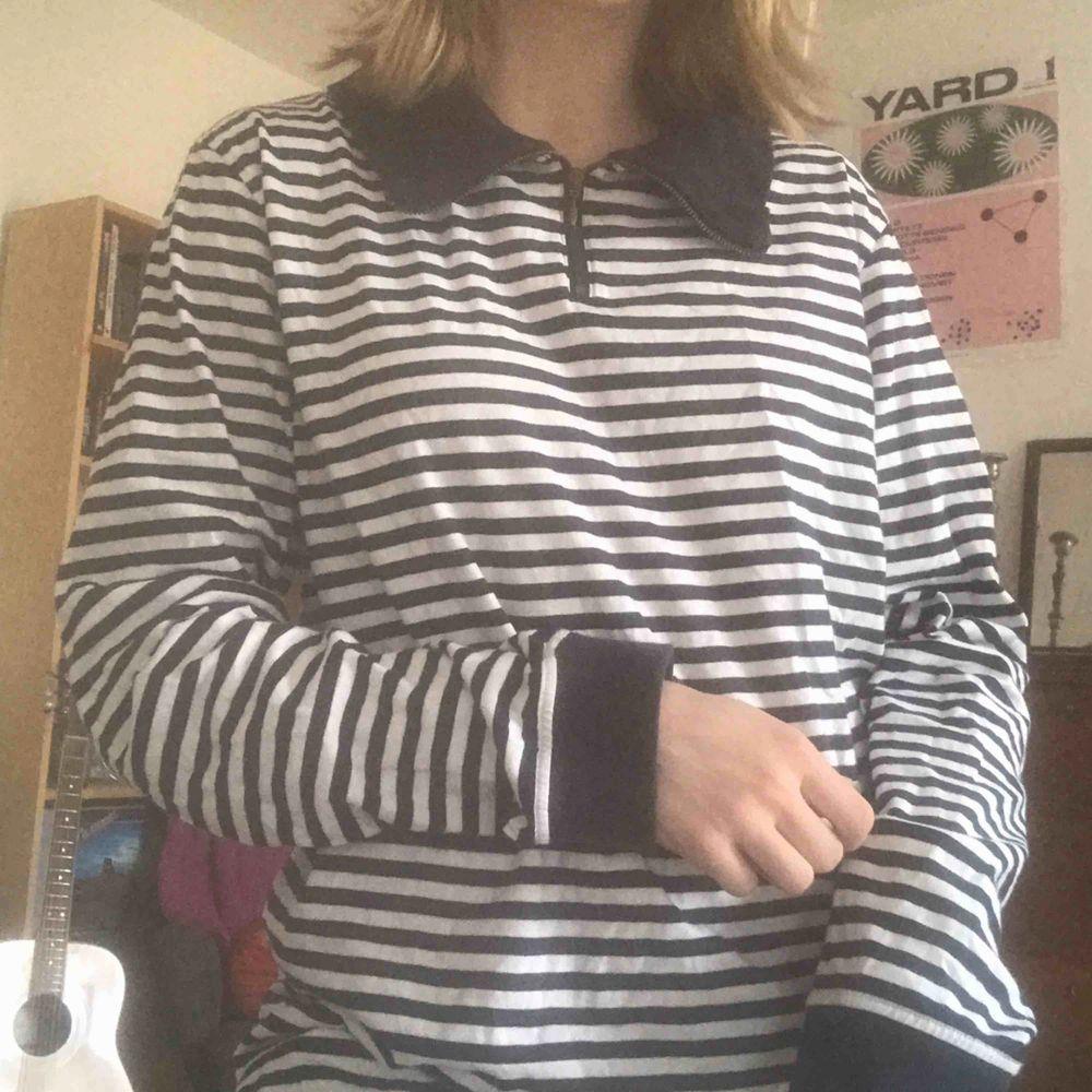 Fin blå-vit randig långärmad tröja med krage. Säljer då den inte kommer till användning längre. Köparen står för frakt. Kan även mötas upp i Stockholm . Tröjor & Koftor.