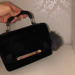 Svart hand väska med grå fin nyckel ring i ny skick sällan använd.  Finns i västerås att hämta eller kan jag posta den men köparen står för frakten.