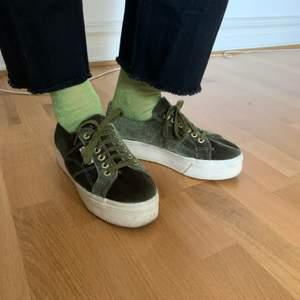 Underbara skor som tyvärr inte kommer till användning. Toppenskick, inget att anmärka på. Skickas med PostNord spårbart 63 kr eller möts upp i Malmö.
