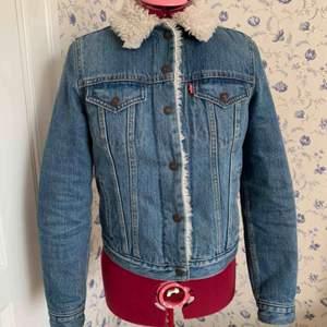 Teddyfodrad jeansjacka från Levis Sotlek S, men skulle personligen säga mer som en XS Köpt från provkollektion Förvånansvärt varm, har kunnat ha den i 10 minusgrader! Använd men i fint begagnat skick