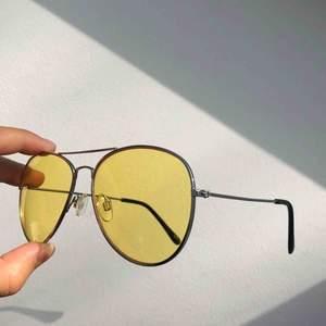 Skitcoola gula pilot-glasögon som är svinsnygga när man går på festival!