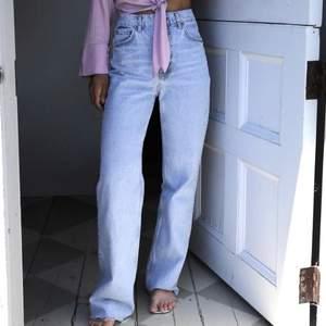 Populära och slutsålda jeans från Zara i storlek 38, passar  mig som vanligtvis har 36! Aldrig använda och prislapp kvar. 400kr + frakt eller högsta bud 🖤