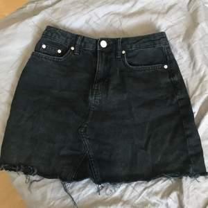 En söt svart kjol från H&M, säljer Pga för liten.