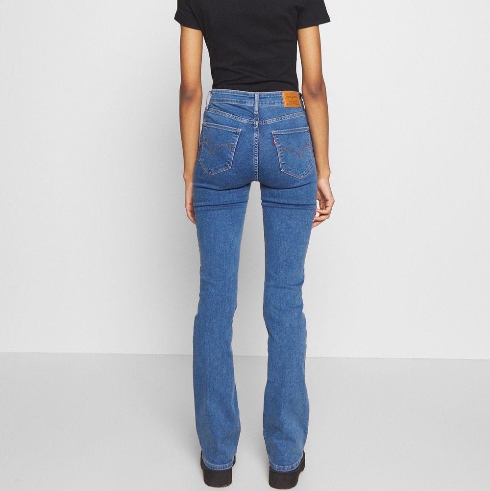 säljer nu mina favorit jeans ifrån Levis! Dessa är bootcut och helt slutsålda på nätet i storleken jag har, alltså Xs!💕🤩 frakt står köparen för 66kr💕💙inte mycket använda. Jeans & Byxor.