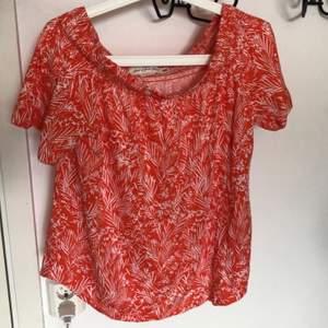 Orange jättesöt off shoulder blus/topp från HM! Använd en gång💕 passar s-m
