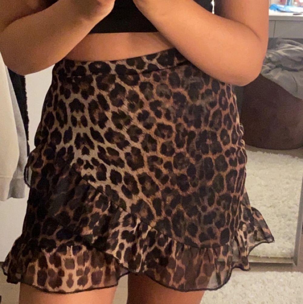 Snygg leopardkjol i storlek xs (fraktkostnad tillkommer) . Kjolar.