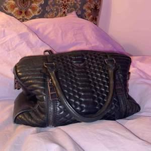 Säljer min väska från Zadig & Voltaire. Köpte i Köpenhamn för ca 2 år sedan, knappt använd och inga slitningar alls. Verkligen som ny.