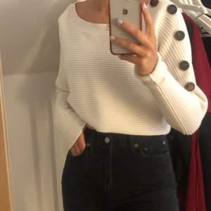 En vit stickad tröja från zara. Tröjan har en väldigt bred uringning så man kan välja om man vill ha den off shoulder eller normalt. Det är även knappar på sidan av tröjan. Materialet på denna toppen är dessutom super mjukt!!