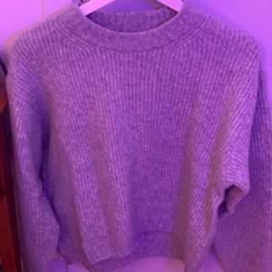 stickad sweatshirt från H&M, storlek xs men är stor i storleken. köparen står för frakt om man inte kan mötas upp i nacka, pris kan diskuteras vid snabbköp. skriv för fler bilder eller frågor