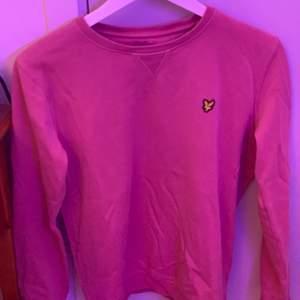 Lyle & Scott junior sweatshirt i storlek 175,passar en S, orginalpris 600 kr. Bra skick. Köparen står för frakt om man inte kan mötas upp i nacka, pris kan diskuteras vid snabbköp