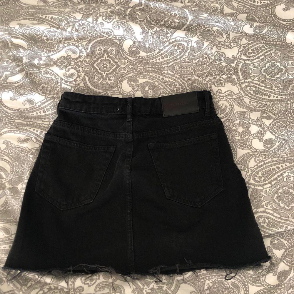Svart jeanskjol från Zara. Är i bra skick. Säljer pga den är för liten💕 60kr + frakt 50. Storlek xs. Kjolar.