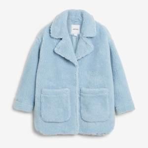 säljer min nästan oanvända jacka från monki! köpt förra hösten för 500kr men endast använd på bilden i annonsen⚡️ eventuell köpare står för frakt, skriv för fler bilder