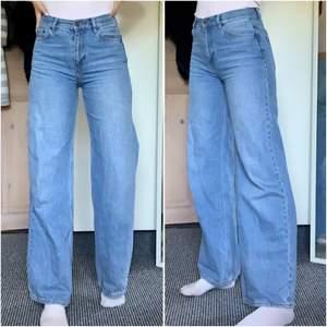 Säljer dessa populära jeans från junkyard då de är något för korta på mig (är ca 173). Jeansen är sparsamt använda. Köparen står för frakt som bör ligga på ca 66kr☺️
