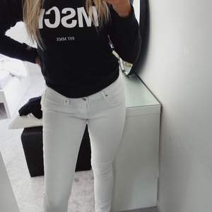 Vita 711 Skinny Levis jeans. Säljer pga jag inte tycker om lågmidjade jeans. Har en pytteliten fläck (sista bild) nära knappen men det går säkert bort med något medel (har ej testat). Frakt tillkommer om du inte bor i Varberg!! 💞