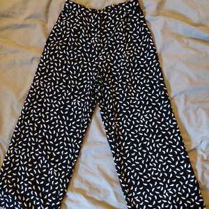 Kostymbyxor med mönster, vida ben. Plagget är ca 85cm långt, har kortare ben och två fickor fram. Använda ett fåtal gånger. Säljer pga för liten. Köpare står för frakt.