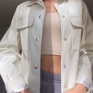 Fräsch lack jacka i benvit färg från Nly trend i storlek 34 men passar om man är en 36a också! 245 + frakt