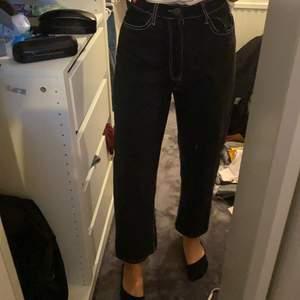 Säljer ett par svarta raka jeans med vita sömmar. Köparen står för frakt eller så kan vi mötas upp.💕