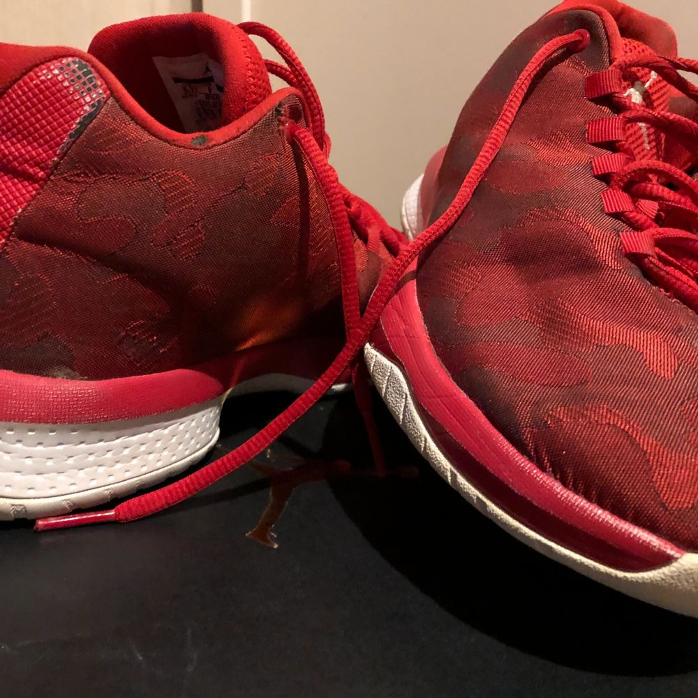 Ett par grymt snygga röda jordans använda ganska många gånger på träningar men sen så kom dem inte mer till användning. Ganska bra skick och även bekväma storlek 39. ( köparen står för frakten ).  . Skor.