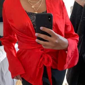 Säljer denna röda satinblusen från missguided i storlek 36. Blusen är endast använd vid ett tillfälle. Kan mötas upp i gbg annars tillkommer frakt!