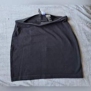 Divided- Svart kjol i storlek 38. I använd ok/bra skick. (+ frakt 22kr)